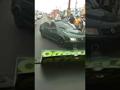 Vecinos de Ecatepec agreden a conductor que intentaba circular en sentido contrario