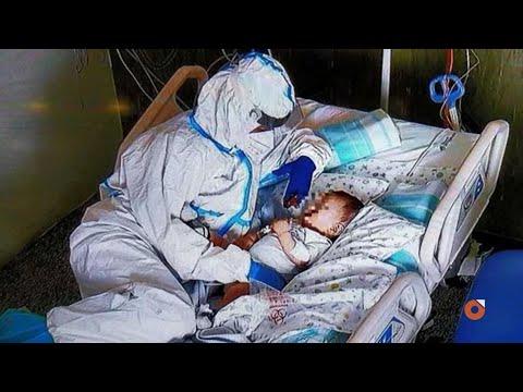 Ancona, l'infermiera che coccola il bambino positivo al Covid