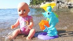 Uimarannalla Baby Born -nuken kanssa. LOL Surprise -lelut ja vauvanuket. Vauvanukke ui meressä.