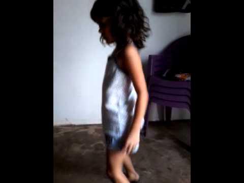 Menina dançando parara timbum