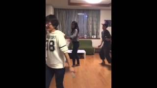 "Japoneses bailando ""Menea tu chapa"""