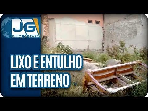 Lixo e entulho em terreno na Vila Prudente