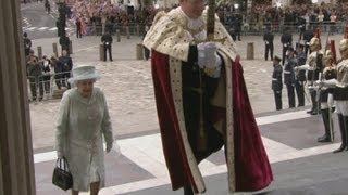 The Queen arrives at St Paul