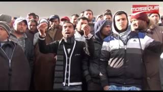 بالفيديو - الشرطة تمنع شاب من إحراق نفسه في تونس