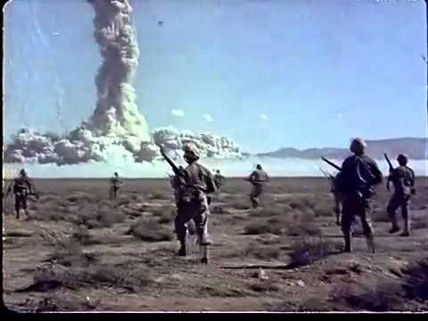 Farbaufnahmen von Atombombentests in Nevada - Soldaten, die einem hohen Maß an Strahlung...