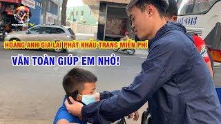Văn Toàn đeo khẩu trang cho trẻ em, Tuấn Anh phát khẩu trang cho người bán hàng