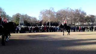 Les gardes sur leurs chevaux rouges