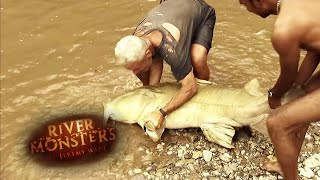Jeremy Wade Braves the Elements to Catch a Giant Goonch - River Monsters