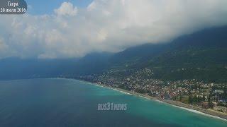 Гагра Абхазия с воздуха 2016(Город расположен в 36 км от аэропорта Сочи на берегу бухты. Гагрские отроги Большого Кавказского хребта..., 2016-07-20T00:07:49.000Z)