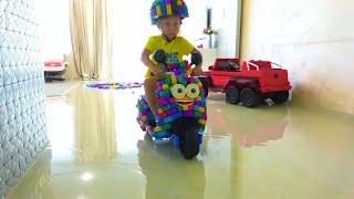 لعبت سينيا مع كتل ملونة وبنيت مصغرة الدراجة البسيطة