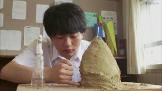 関くん(渡辺雄太郎)という名前の男の隣に座っルミ横井(清水文香)。レッスンは、関くんは先生に注意を払うことはありませんし、常に彼の...