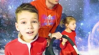 Five Kids e pai Brincam no Playground Divertido para as Crianças