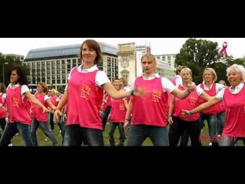 Flashmob auf dem Schlossplatz in Berlin: Mrs.Sporty tanzt für den guten Zweck