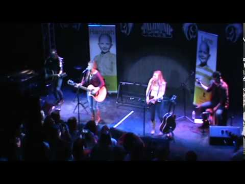 Maddie and Tae doing Boomerang live In Spokane