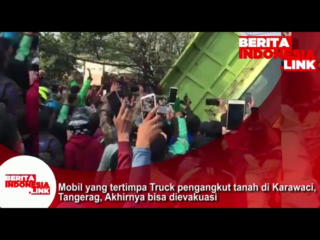 Mobil yang tertimpa Truk pengangkut tanah di Karawaci -Tangerang, akhirnya bisa dievakuasi.
