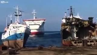 Корабль выбрасывается на берег - Вот так надо сдавать металлолом!(Необычный способ сдать в металлолом корабль. http://demontagniki.ru - Демонтаж, резка в металлолом, разборка, утилизац..., 2015-10-15T13:28:30.000Z)