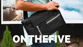Túi đeo chéo chống nước Onthefive: đựng vừa laptop 14 inch, nắp dạng cuốn thông minh, 480k
