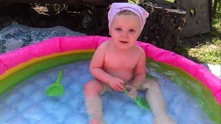 Детки в бассейне купаются, играют, плескаются - очень милое видео