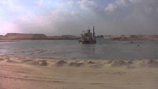 قناة السويس الجديدة : شاهد أول كراكة تدخل فى قناة السويس الجديدة بمنطقة الكيلو65