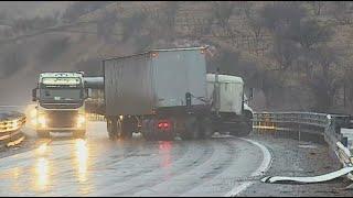 Impactante accidente de dos camiones y un auto: conductor de vehículo menor salvó de milagro YouTube Videos