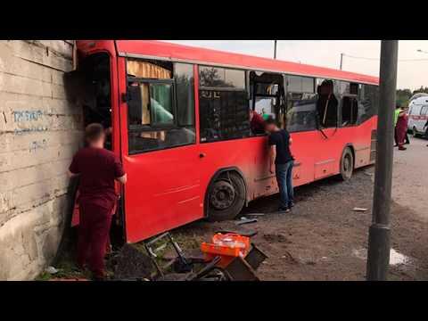 В Перми маршрутный автобус врезался в здание