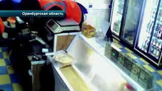Лже-дворники с пистолетом ограбили магазин в Оренбурге