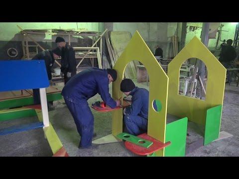 В колонии начали производить детские площадки
