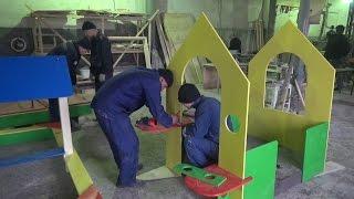 В колонии начали производить детские площадки(Заключенные копейской исправительной колонии №11 занялись изготовлением детских игровых площадок. Произв..., 2015-10-27T13:29:18.000Z)