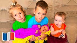Histoire drôle pour les enfants Cinq Enfants jouer avec sœur nouveau-né bébé