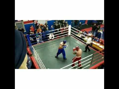Бодибилдеры устроили крутой махач в ринге.