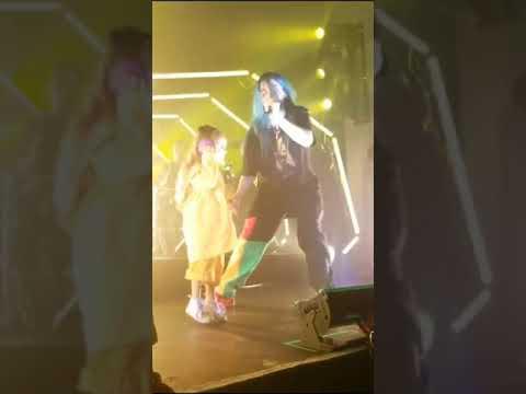 Маленькая девочка поёт на сцене с Билли Айлиш