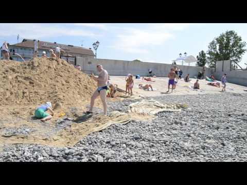 Адлер, нижнеимеретинская бухта в мае: пляж около отеля рэдис.