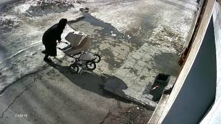 Снег с крыши упал на коляску с младенцем в Новосибирске