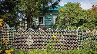 Сибиряк построил забор из стеклянных бутылок