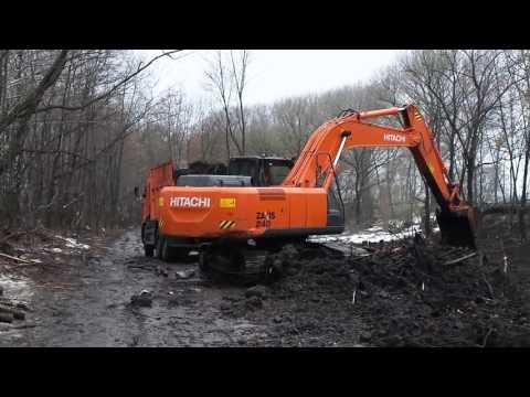 Гусеничный экскаватор Hitachi 2X240 роет пруд
