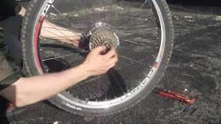 Задняя втулка колеса велосипеда, как разобрать, обслуживание(Мой ВК https://vk.com/id263241899 Полезные видео с моего канала, о ремонте велосипеда. 1) Задняя втулка колеса обслуживан..., 2013-06-24T08:46:37.000Z)