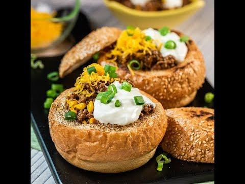 Chili cu carne de vită, servit în pâine