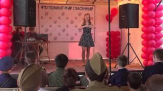 Глухая  девушка руками поет песню о  войне.