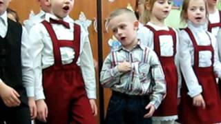 Piosenkę dla dziadków śpiewają dzieci z klasy 0.AVI