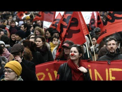 فرنسا: أكثر من 45 ألف متظاهر يحتجون في باريس على إصلاحات ماكرون  - نشر قبل 1 ساعة