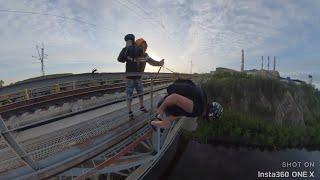 Парень спрыгнул в реку с 35-метрового моста. Real Video