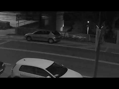 Graban a dos individuos destrozando publicidad del PP de Poio en plena noche