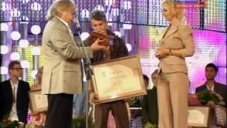 ВАЛЕРИЯ вручает приз Егору Сесареву. Новая волна 2010