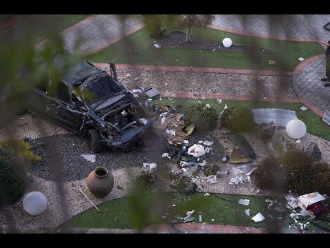 Un vehículo cae por un desnivel en la avenida Otero Pedrayo