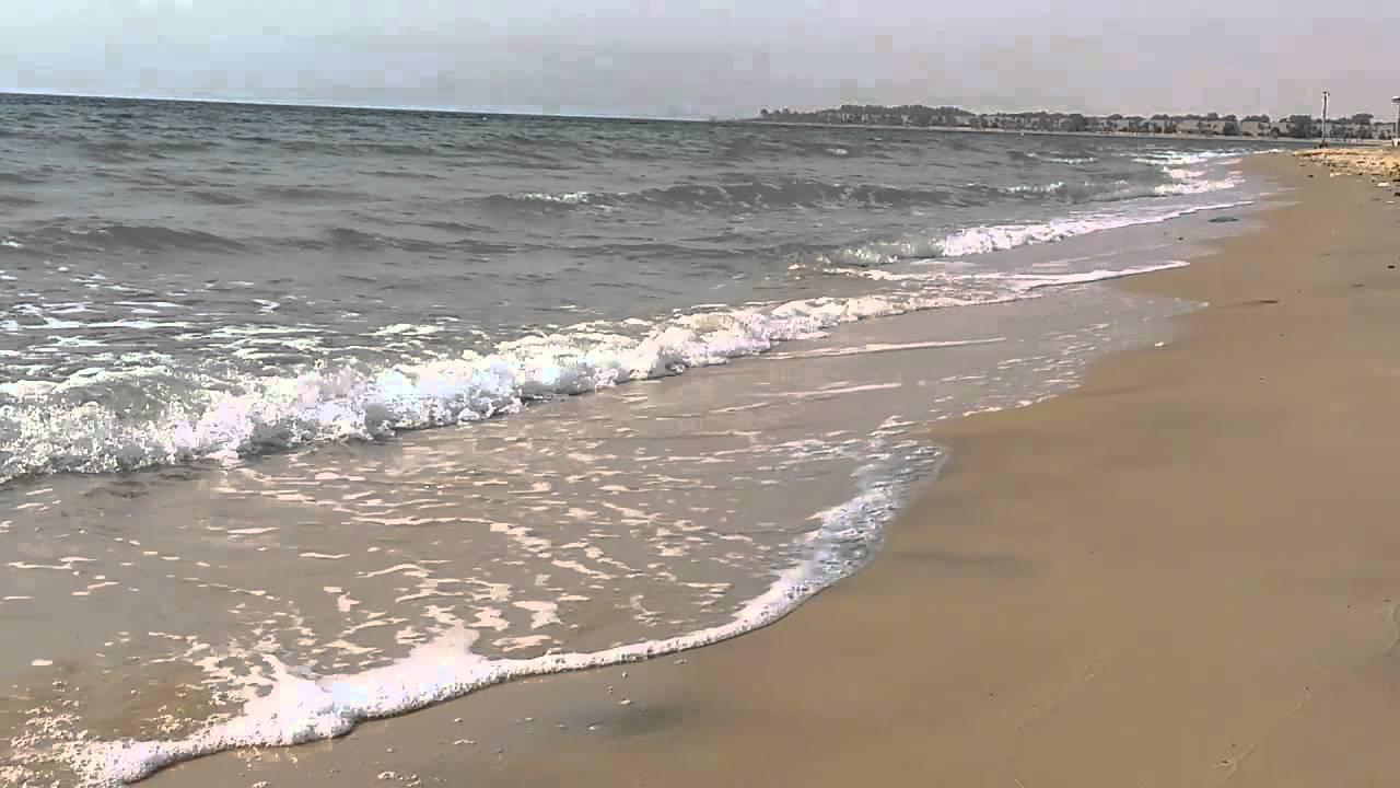 شاطئ نصف القمر لحظة استرخاء مع صوت امواج البحر - YouTube