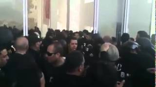 تحية المواطنين لفرقة مكافحة الارهاب بعد انتهاء عملية تحرير المحتجزين في متحف باردو
