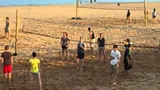 بنات صبايا وشباب يلعبون فولي بول على البحر