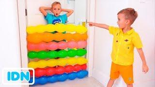 Anak anak Vlad dan Nikita bermain dengan balon