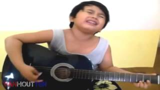 anak kecil nyanyi sambil main gitar mantap