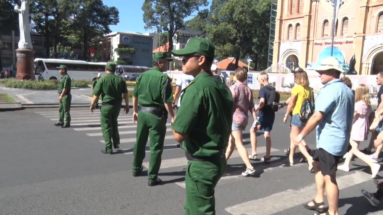 Thanh niên xung phong TP Hồ Chí Minh bảo vệ và hỗ trợ khách du lịch